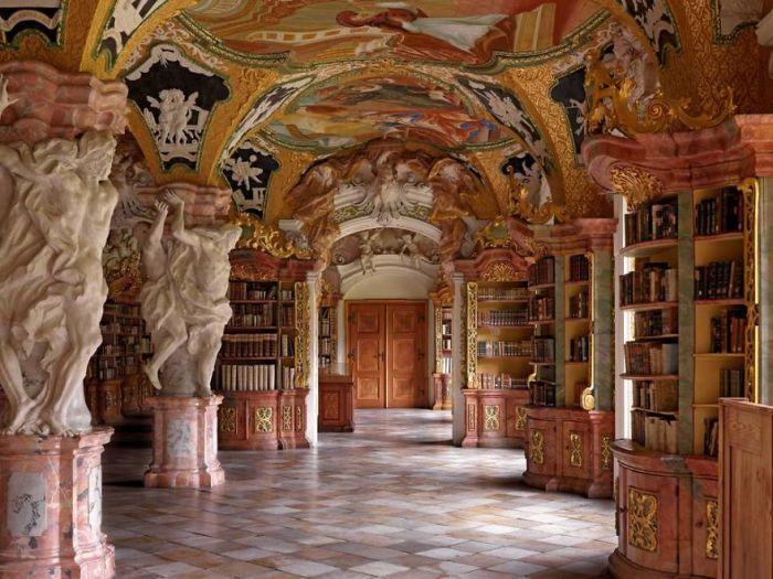 Аббатство располагается на горе Михельсберг в Бамберге - бывший монастырь монахов-бенедиктинцев, основанный в 1015 г.